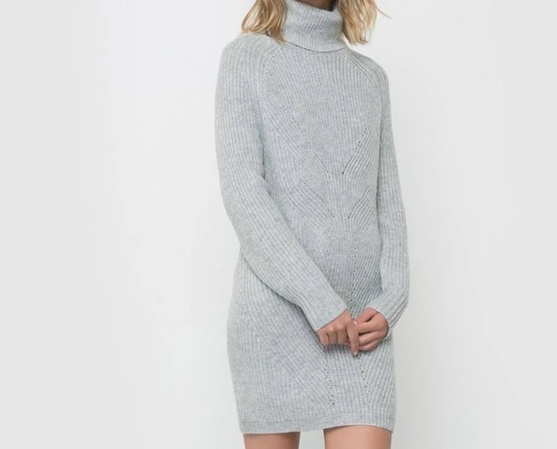 femme avec une robe pull grise
